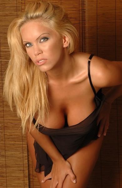 amber_mekush_blondes_have_more_fun_20100705_1806114894