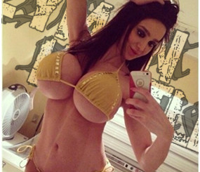 Amy Anderssen Wants You To Look At Her Twitter